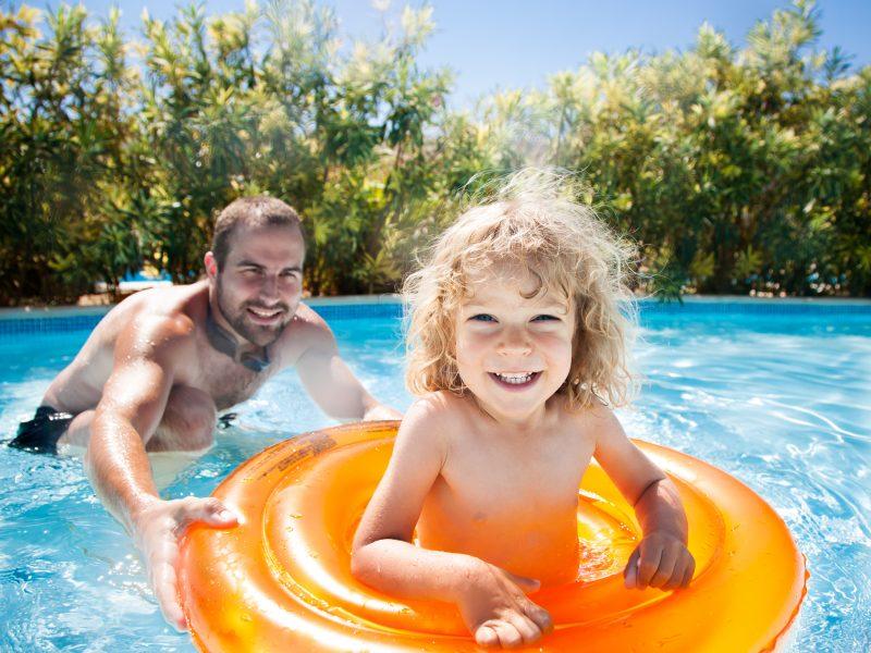 Kindje op band in zwembad